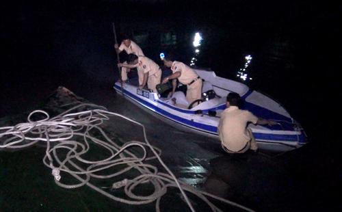 Công tác trục vớt sà lan đang được triển khai để điều tra nguyên nhân vụ tai nạn. Ảnh: Lan Vy.