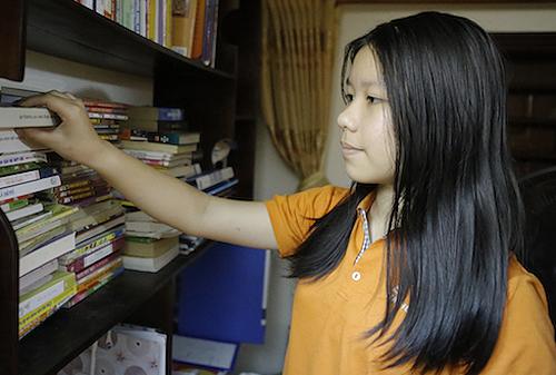 Anh Thư đã đọc khoảng 100 cuốn tiểu thuyết. Ảnh:Nguyễn Hải.