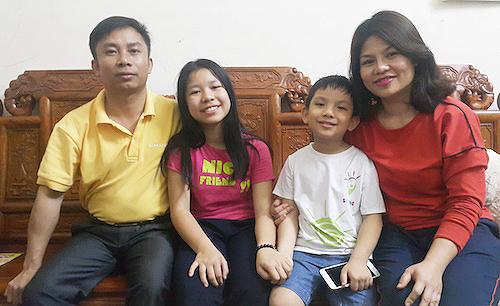 Anh Thư và em trai bên bố mẹ. Ảnh:Nguyễn Hải.