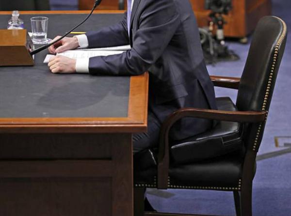 Tấm đệm dày 10 cm trên chiếc ghế của MarkZuckerberg ngồi trong phiên điều trần trước quốc hội hôm 10/4. Ảnh: AP.