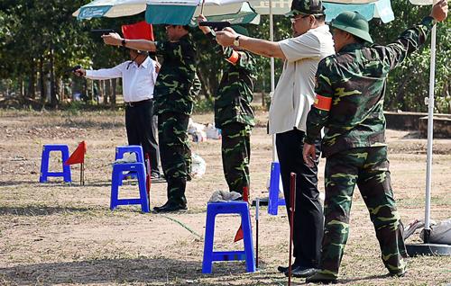 Lãnh đạo Tỉnh ủy Bà Rịa - Vũng Tàu tham gia kiểm tra bắn súng. Ảnh: Nam Phương