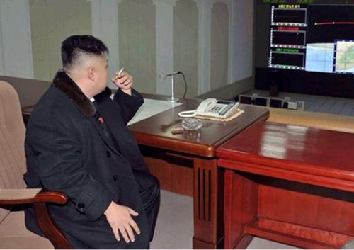 Ông Kim Jong-un hút thuốc trong nhiều hoàn cảnh. Ảnh: KCNA.