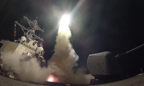 Tàu chiến Porter của Mỹ phóng tên lửa tấn công căn cứ không quân Syria từ đông Địa Trung Hải hồi năm ngoái. Ảnh: PA.