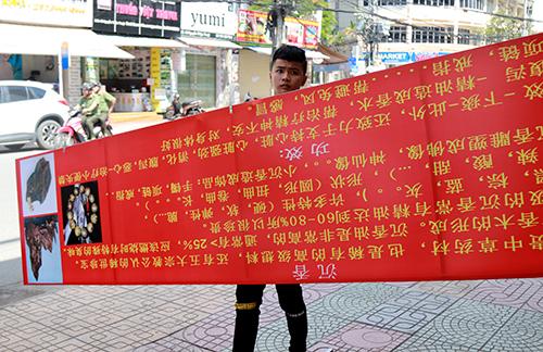 Cơ sở kinh doanh đặt biển hiệu bằng tiếng Trung Quốc buộc tháo xuống. Ảnh: Xuân Ngọc