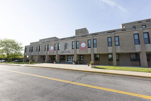 Trường trung học Saint Johns High School thành lập năm 1966 tại Long Island, New York.