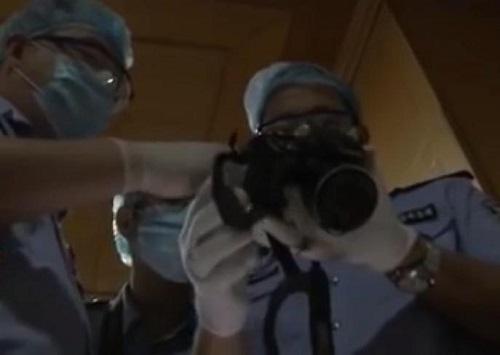 Cảnh sát kiểm tra máy ảnh thu được ở nhà Quân.