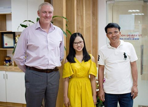 Nguyễn Thị Hải Diệu (giữa) trong những ngày sắp sang Anh quốc, chuẩn bị cho khóa học tại INTO University of East Anglia (học bổng 100% học phí).