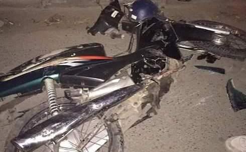 Xe máy bị hư hỏng nặng sau khi bị kéo lê hơn 1km.Ảnh: Thu Hà