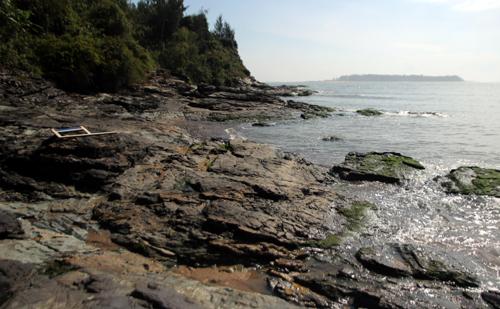 Một bãi đá ven biển ở huyện Núi Thành, Quảng Nam đi không chú ý bị sóng đánh cuốn trôi. Ảnh: Đắc Thành.