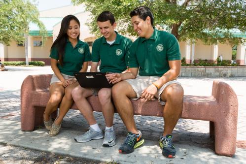 Học sinh trường Melbourne Central Catholic có thể chọn chuơng trình STEM nếu muốn đi chuyên sâu các ngành như Toán, Khoa học và Lập trình.