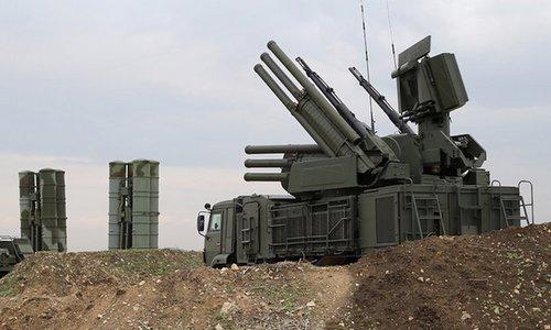 Tổ hợp Pantsir-S1 bảo vệ hệ thống S-400 ở căn cứ Hmeymim. Ảnh: AFP.