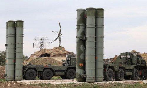 Xe phóng đạn của tổ hợp S-400 Nga tại căn cứ Hmeymim. Ảnh: Reuters.