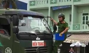 Tài xế cán qua xe máy, bất chấp cảnh sát đu trên cabin