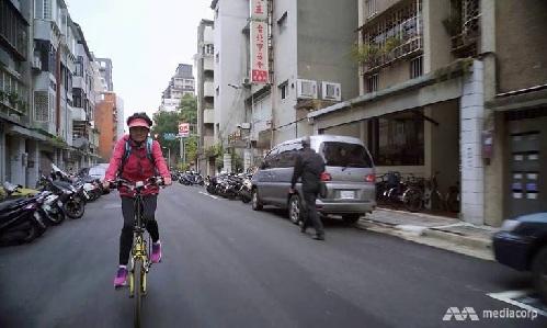 Bà tự đạp xe đi làm thay vì bắt xe buýt hay tàu. Ảnh: Channel News Asia.