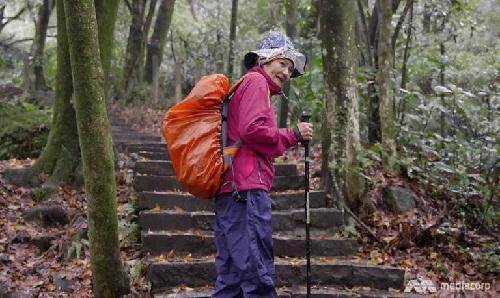 Bà thử sức với môn leo núi ở tuổi 75. Ảnh: Channel News Asia.