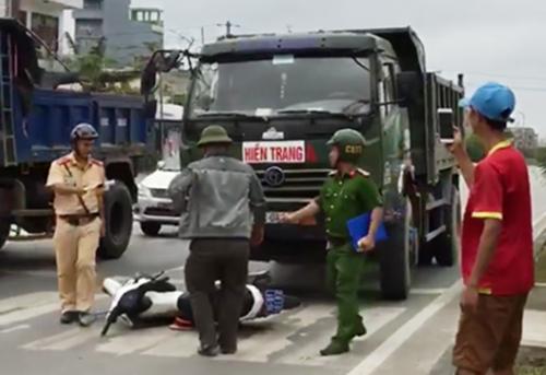 Cảnh sát trật tự Hải Phòng đu người trên đầu xe tải