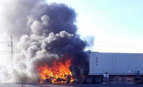 Xe container cháy ngùn ngụt trên quốc lộ