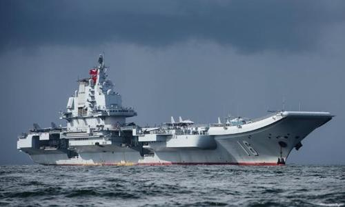 Tàu sân bay Liêu Ninh của Trung Quốc đi qua eo biển Đài Loan năm 2017. Ảnh: NDTV.