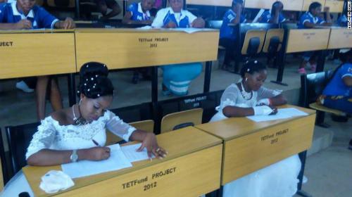 Hai cô dâu trong phòng thi ngày 7/4. Ảnh:Benjamin Ogbu