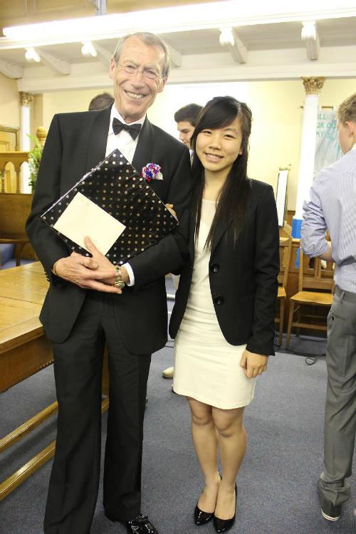 Bùi Thị Phương Hồng và thầy hiệu trưởng Brooke House College.