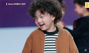 Chàng mẫu nhí 4 tuổi ngã sõng soài trên sàn thời trang Thượng Hải