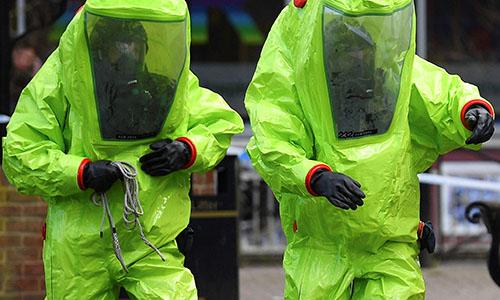 Lực lượng phản ứng các tình huống khẩn cấp của Anh mặc đồ bảo hộ phòng độc để khám nghiệm hiện trường gần chiếc ghế băng nơi hai cha con cựu điệp viênSergeiSkripalđược tìm thấy trong tình trạnghôn mê hôm 4/3. Ảnh: AFP.