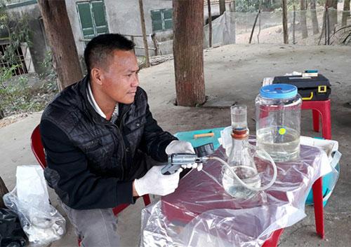 Anh Nguyễn Văn Trọng, cán bộ ATP/IMC, đang tiến hành lọc mẫu nước tại hồ để chuẩn bị cho phân tích gen môi trường. Ảnh: Nguyễn Tài Thắng  ATP/IMC