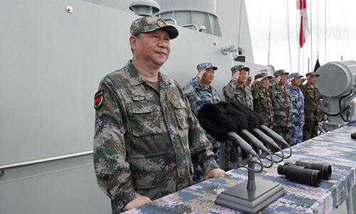 Chủ tịch Tập Cận Bình trên tàu khu trục Trường Sa tham dự lễ diễu binh trên biển ngày 12/4. Ảnh: CNN.
