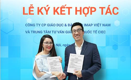 Chị Nguyễn Thị Hoa đại diện IMAP Việt Nam và anh Phan Bình đại diện CIEC ký hợp tác vào cuối tháng 3.