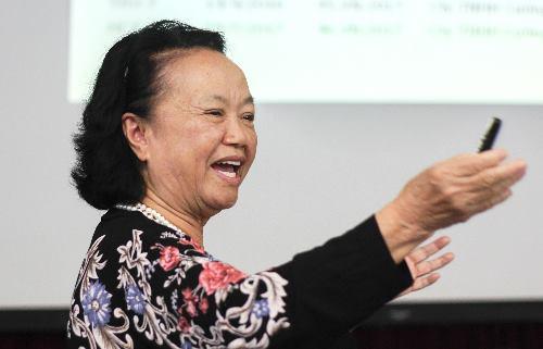 PGS Nguyễn Thị Trâm cùng nhóm nghiên cứu đã tạo ra giống lúa với giá trị nhượng quyền 10 tỷ đồng. Ảnh: Dương Tâm