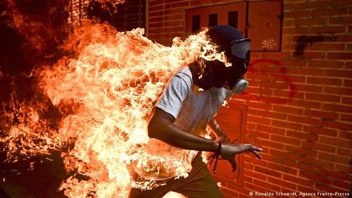 Bức ảnh Người cháy của nhiếp ảnh gia Schemidt đoạt giải Ảnh Báo chí của Năm 2018. Ảnh: AFP.
