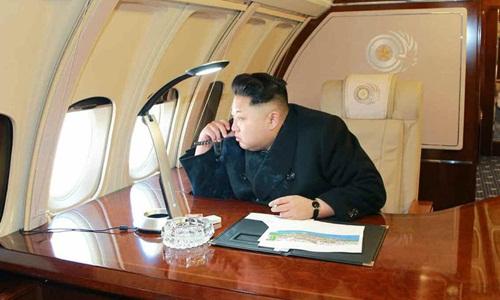 Kim Jong-un đi thị sát một công trình xây dựng trên chiếc máy bay Ilyushin Il-62 năm 2015. Ảnh: KCNA.