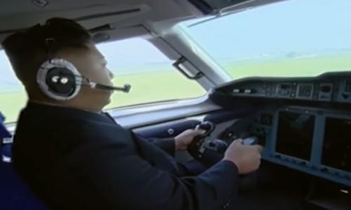 Ảnh cắt từ video do truyền thông nhà nước Triều Tiên công bố cho thấy ông Kim điều khiển chiếc máy bay Antonov An-148. Ảnh: Business Insider.