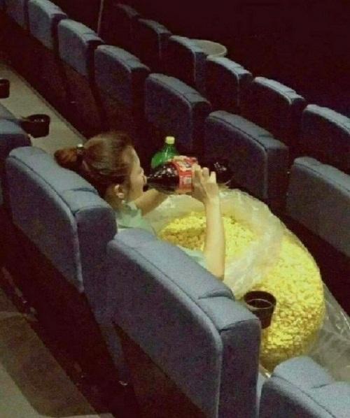 Chị rất ít khi đến rạp chiếu phim.