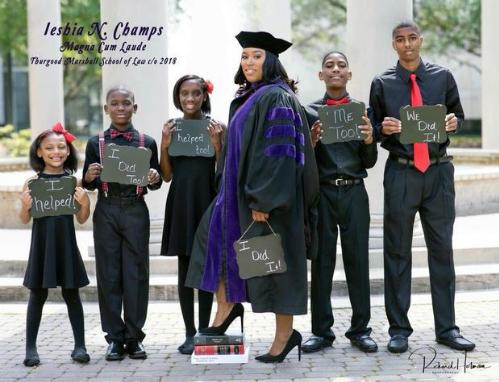 Bà mẹ đơn thân ở Mỹ chụp ảnh tốt nghiệp đại học cùng 5 con
