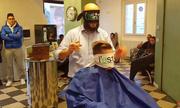 Thợ cắt tóc ở Italy bịt mắt hành nghề