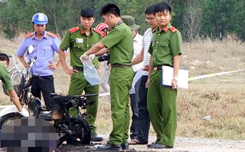 Cảnh sát khám nghiệm hiện trường vụ người phụ nữ cháy đen. Ảnh: Nguyệt Triều.