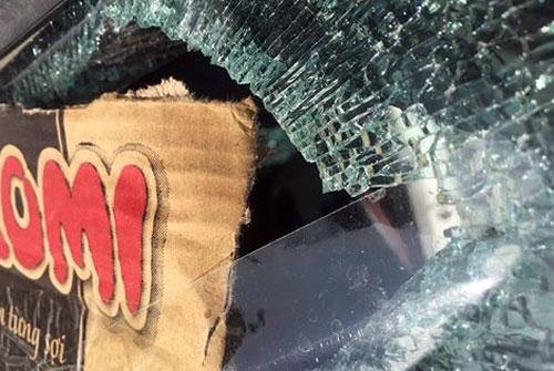 Gần chục xe ôtô ở thị trấn Sapa bị bắn vỡ kính.