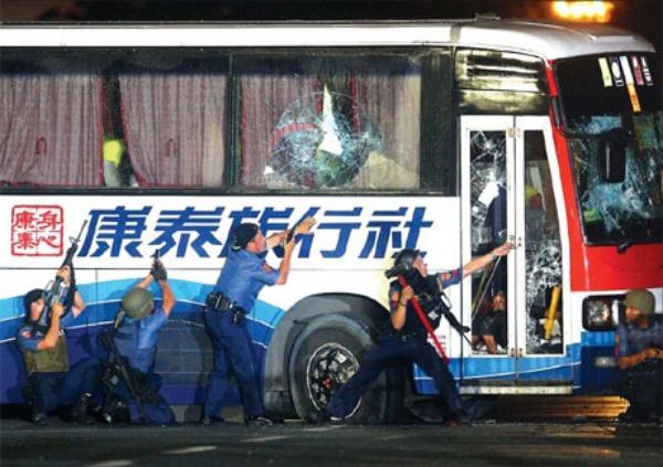 Xe khách du lịch bị cướp và khách Hong Kong bị giữ trong xe tại Manila.