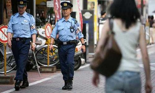 Cảnh sát đi tuần trên đường phố Tokyo vào ngày 5/7/2008. Ảnh: Dunya News.