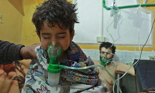 Trẻ em và người lớn điều trị do bị nghi phơi nhiễm chất độc hóa học tại một lán y tế dã chiến ở ĐôngGhouta, ngoại ôDamascus, Syria hôm 25/2. Ảnh: AFP