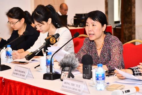 Bà Doãn Hải Hồng, Đại biện Đại sứ quán Trung Quốc tại Việt Nam, ngoài cùng bên phải, trong họp báo hôm nay ở Hà Nội. Ảnh: Giang Huy.