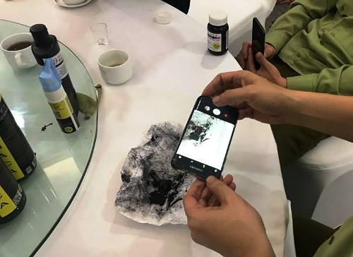 Bóc một số sản phẩm chức năng của vinaca bày bán tại chi nhánh Nam Định, lực lượng quản lý thị trường không khỏi nhạc nhiên bởi toàn thứ bột than đen kít. Ảnh: CTV