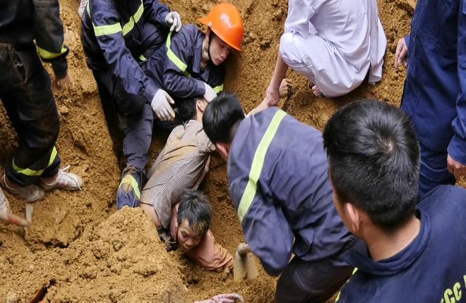 Lở đất khi đào móng nhà, bốn người bị vùi lấp