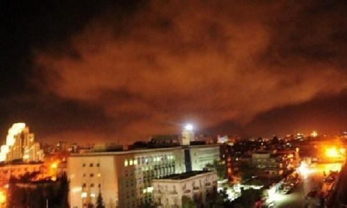 [Caption]Ảnh: Vụ nổ ở vùng ngoại ô Damascus sau cuộc tấn công của Mỹ, Anh, Pháp. Ảnh: AFP.