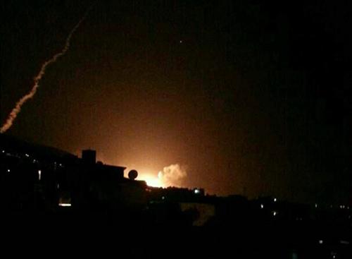 Khói lửa được nhìn thấy ở thủ đô Damascus, Syria. Ảnh: Twitter