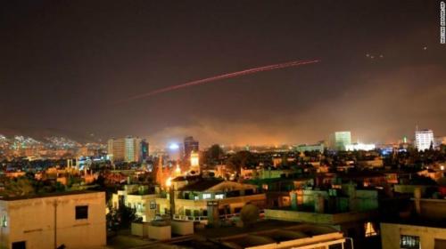 Bầu trời thủ đô Syria xuất hiện nhiều tên lửa phòng không vào rạng sáng 14/4. Ảnh: AP