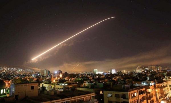 Hệ thống phòng không Syria khai hỏa đánh chặn tên lửa Mỹ. Ảnh: AP.
