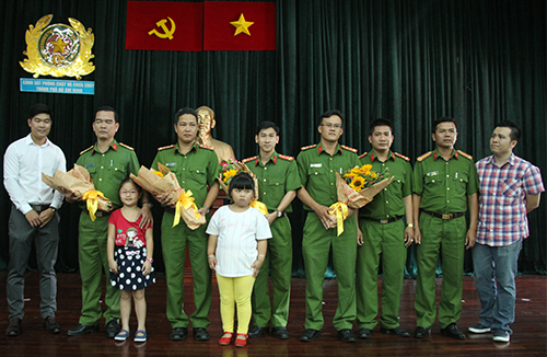 Cư dân cùng con họ gửi hoa tri ân các chiến sĩ PCCC. Ảnh: Duy Trần