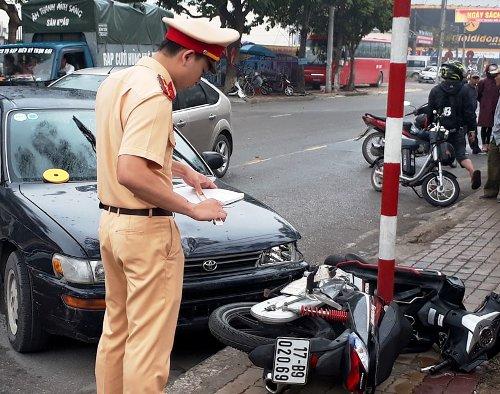 2 ô tô đuổi nhau giữa trung tâm thành phố Thái Bình, rồi đâm vào xe máy khiến người đàn ông cùng con trai bị thương. Ảnh: CTV